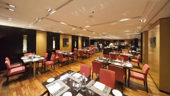 The restaurant at NH Hoteles Eurobuilding is lit with Philips MASTER LEDspot GU10 lights