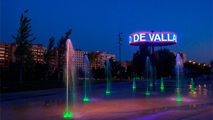The fountains at Plaza del Milenio lit up by Philips Lighting