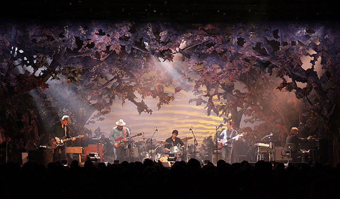 Philips Lighting makes Grammy-winning alt rockers Wilco's artistic stage set shine